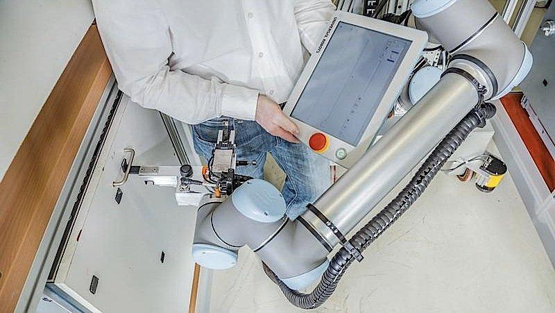 Fachpersonal ist für die Bedienung des Roboters nicht erforderlich: Der elektrische Arm merkt sich Start- und Stopppositionen neuer Bewegungen per Knopfdruck.