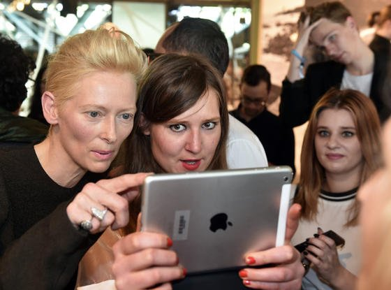 Die britische Schauspielerin und und Oscar-Preisträgerin Tilda Swinton (l) und die Journalistin Ronja Brier auf der Berliner Fashion Week mit iPad:Apple steht im Verdacht, in sein Betriebssystem iOS Hintertüren für die Geheimdienste eingebaut zu haben, die das Abschöpfen persönlicher Daten erlauben sollen.