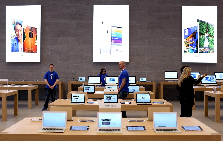 Apple-Angestellte im Berliner Apple Store am Kurfürstendamm: Apple hat dementiert, dass Geheimdienste wie die NSA durch Lücken im Betriebssystem Daten aus Apple-Geräten abschöpfen können.