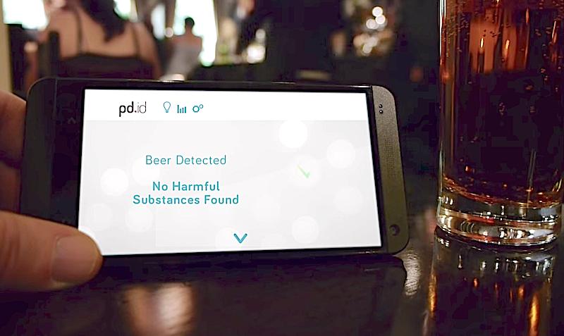 Das Analysegerät kann die Zusammensetzung der Flüssigkeit direkt ans Smartphone senden. Der Nutzer kann sich dann in einer App neben dem Getränkenamen auch die Unbedenklichkeit anzeigen lassen.