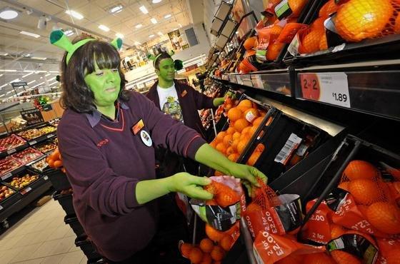 Verkäufer im Shrek-Look in der Obst- und Gemüseabteilung einer Filiale der britischen Supermarktkette Sainsbury's: Sämtliche verdorbenen Lebensmittel der Kette werden jetzt in einem Biogas-Reaktor verarbeitet. Derzeit werden daraus 2500 Haushalte und eine Filiale mit Strom versorgt.