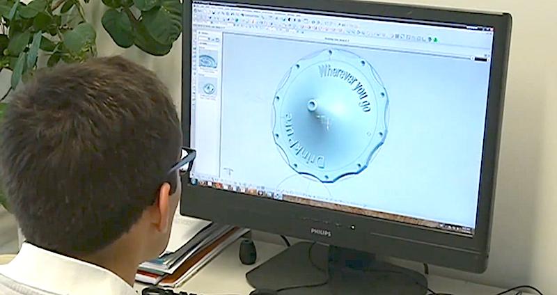 Am Computer entwickelte Nussbaumer gemeinsam mit seinem Team ein effizientes Design: Der Filter lässt sich günstig herstellen und einfach auf eine Plastikflasche aufschrauben.