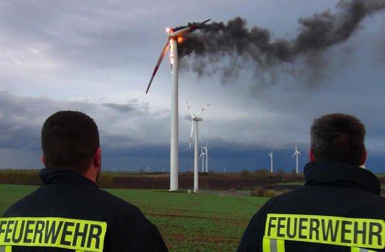 Ein Windrad brannte im Oktober 2013 auf einem Acker im Bördekreis in Sachsen-Anhalt, rund 20 Kilometer westlich von Magdeburg. Die Feuerwehr vermutete, dass Windböen zu einer Überhitzung geführt hatten.