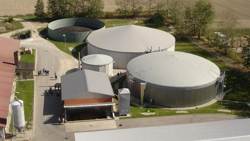 Neben 43 Windrädern und einer Holzhackschnitzelverbrennungsanlage steht in Feldheim auch diese Biogasanlage. Doch weniger als ein Prozent des erzeugten Stroms benötigen die Einwohner selbst. Einen Teil des Überschusses können sie zukünftig speichern.