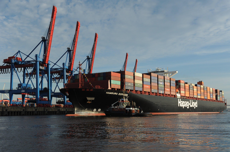 Ein Schiff der Reederei Hapag-Lloyd macht in Hamburg auf der Elbe am Container Terminal Altenwerder (CTA) fest. Die Schiffe müssen regelmäßig von Seepocken gereinigt werden. Denn gemeinsam mit Muscheln und Algen erhöhen die Krebstiere den Wasserwiderstand der Schiffe und erhöhen ihren Treibstoffverbrauch.