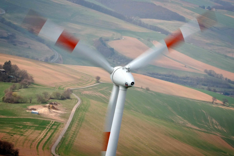 Ein Windrad in der Nähe von Kirchheimbolanden in Rheinland-Pfalz: Die EU hat wegen des stockenden Ausbaus der Erneuerbaren Energie neue Klimaziele vorgegeben.