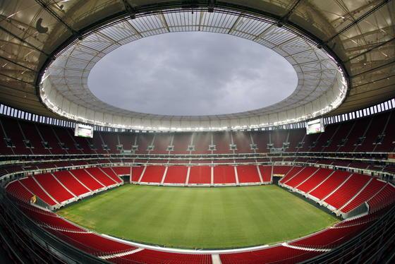 Im WM-Stadion in Brasilia feierten 68.000 Fußball-Fans die WM 2014. Da es in Zukunft nicht ausgelastet sein wird, könnten gleich auch Menschen in Wohncontainern darin wohnen und die Solaranlagen nutzen, so die Idee der Architekten.