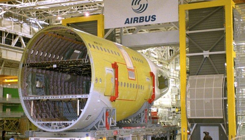 Jede der zwanzig Rumpfschalen eines Airbus A380 wird von bis zu 40.000 Nieten zusammengehalten. Bei der Qualitätskontrolle soll der Roboterarm des Fraunhofer-Instituts zukünftig Zeit sparen.