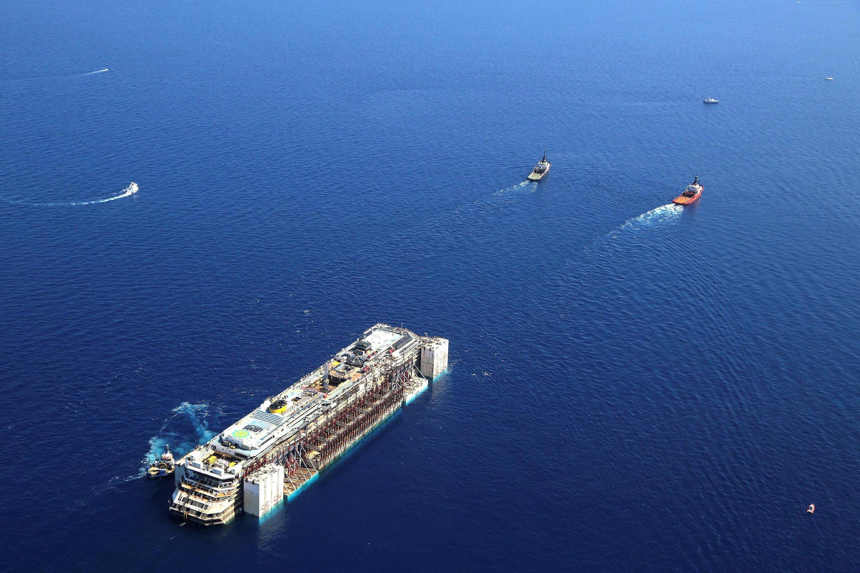 Die Costa Concordia wurde bei ihrer Fahrt von Giglio nach Genua von 14 Schiffen begleitet, darunter Spezialschiffe, die beispielsweise bei einem Unfall austretendes Öl sofort aufnehmen können.