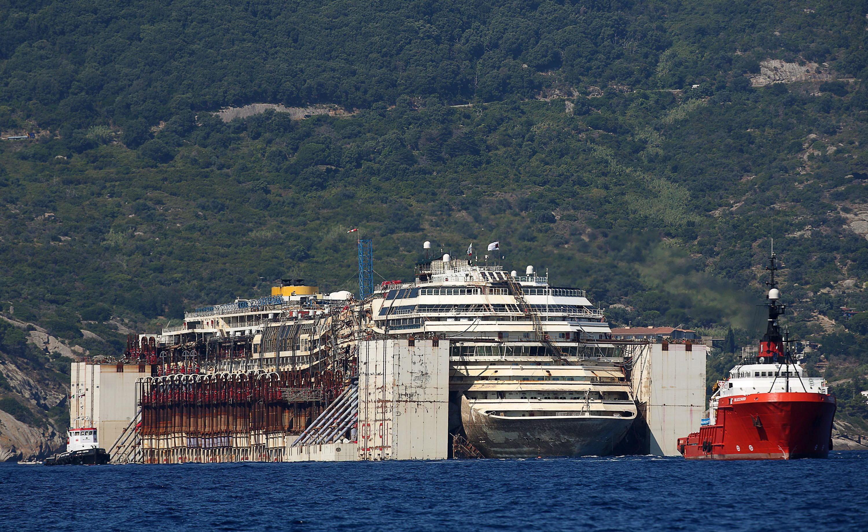 Abfahrt in Giglio: Am Mittwoch startete die Costa Concordia zu ihrer letzten 385 Kilometer weiten Reise nach Genua. Dort wird das Schiff nicht nur verschrottet, dort wurde die Costa Concordia auch gebaut.