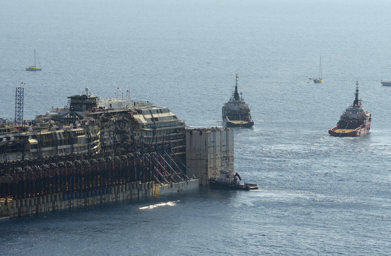 Die Costa Concordia wurde von zwei Schleppern an 800 Meter langen Seilen nach Genua gezogen.