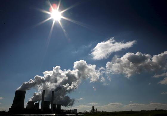 Anders als ein Kohlekraftwerk braucht der Energieschwamm lediglich Sonnenstrahlung, um Wasser in Dampf für Stromturbinen zu verwandeln. Den Wirkungsgrad von 85 Prozent wollen die MIT-Forscher jetzt noch erhöhen.