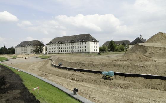 Die denkmalgeschützten Gebäude der Lettow-Vorbeck-Kaserne in Hamburgwurden saniert und bleiben erhalten. Rundherum entsteht ein neues Wohngebiet, das mit der Wärme aus dem Abwasser beheizt wird. Insgesamt 2000 Menschen sollen künftig in dem Gebiet in Hamburg leben.