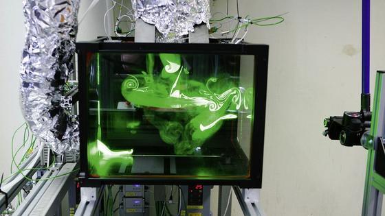 Forschungsbackofen der Wissenschaftler:Hochgeschwindigkeitskameras erfassen Strömungen, die mit sogenannten Tracerpartikeln sichtbar gemacht wurden.