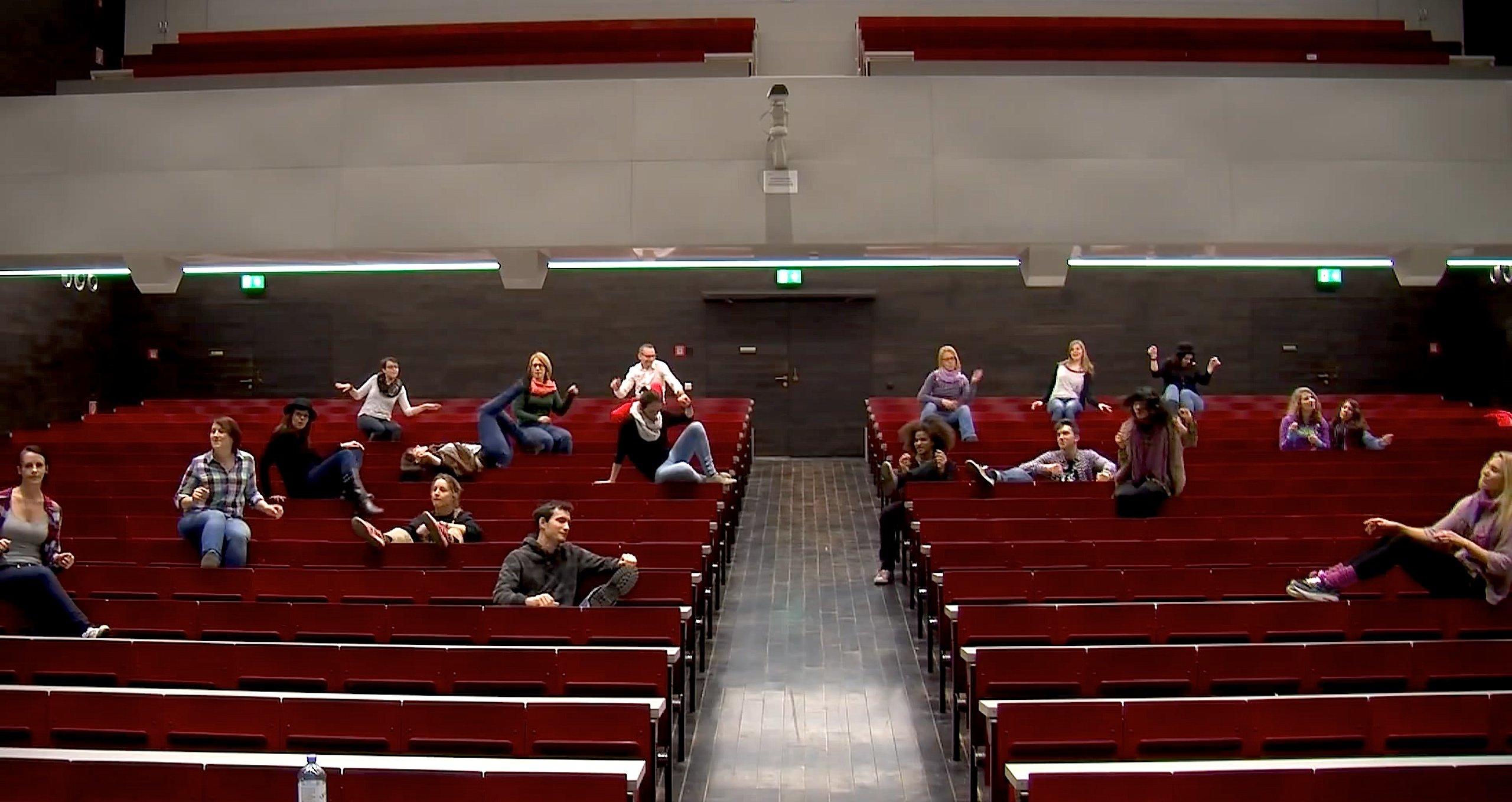 Sitztanz im Hörsaal der Universität Wien: Vor allem im Ausland haben viele technische Universitäten die Chance genutzt, ihr Image mit einem Happy-Video aufzupolieren. In Deutschland gibt es Happy-Videos nur von der RWTH Aachen und der TU München.