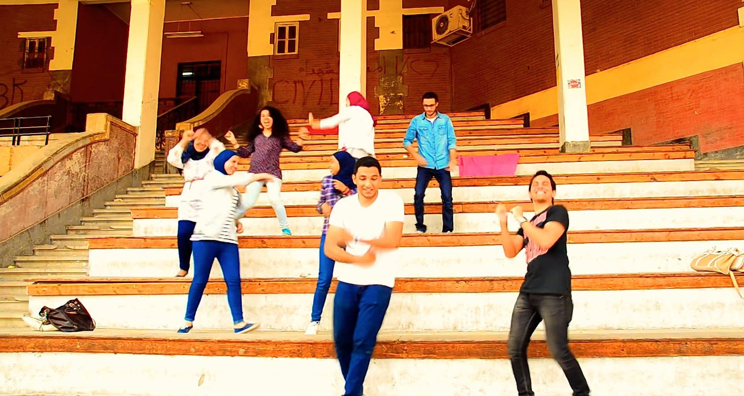 Ingenieurstudenten tanzen auf der Eingangstreppe der Shams Universität in Kairo.