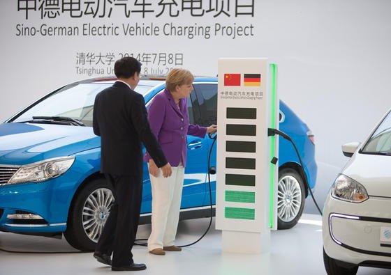 Bundeskanzlerin Angela Merkel und der Minister für Industrie und Informationstechnologie Miao Wie präsentieren am 8.7.2014 in Peking das Deutsch-Chinesische Kooperationsprojekt zur Ladeinfrastruktur für Elektrofahrzeuge: Jetzt hat China ausländische Autohersteller aufgefordert, ihre Service- und Ersatzteilpreise zu senken.