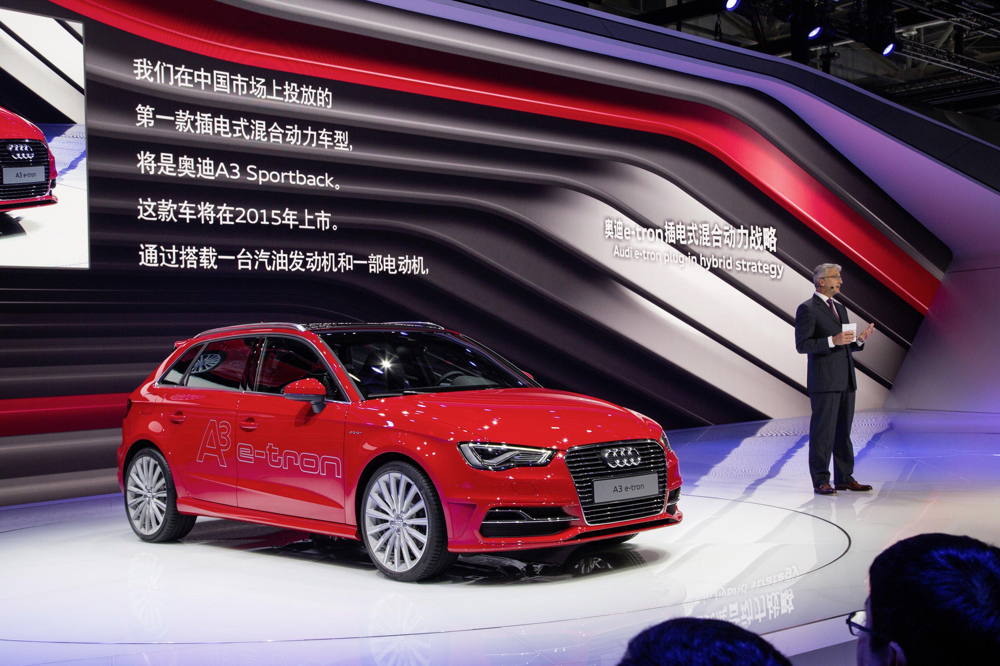 Audi-Chef Rupert Stadler präsentiert den Audi A3 e-tron auf der Peking Auto Show 2014: Jetzt beugt sich Audi der Forderung Chinas und reduziert seine Ersatzteilpreise um bis zu 38 Prozent.