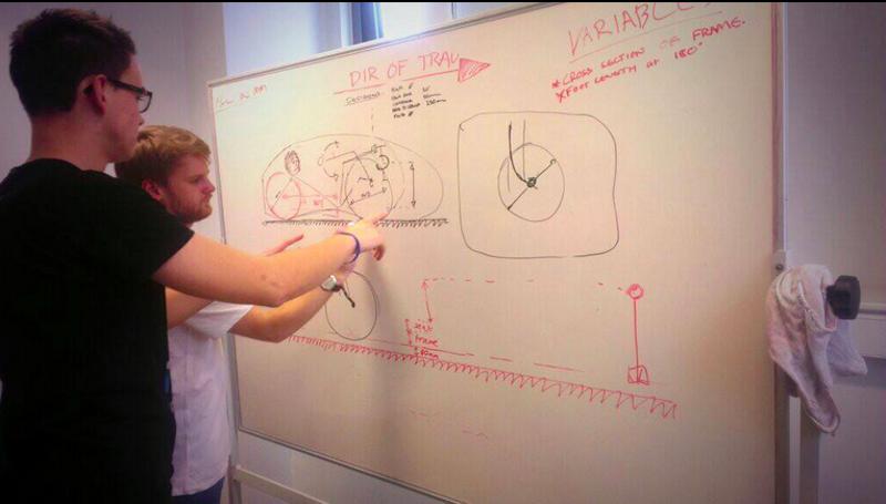 Die Jungingenieure der University of Liverpool bei der Planung der Karosserie. Sie wollen den Weltrekord der niederländischen Hochschulen knacken. Dieser liegt derzeit bei 136 km/h.