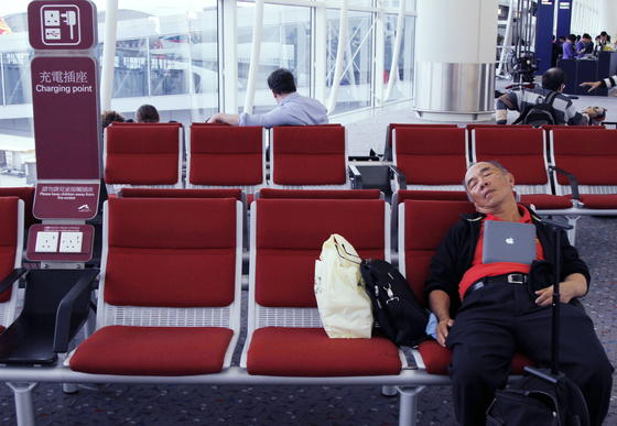 Wartender Passagier am Flughafen Hongkong: Derzeit sind große Teile des Luftraums über dem Osten Chinas wegen Militärmanöver gesperrt. Es kommt zu massiven Verspätungen und Flugausfällen.