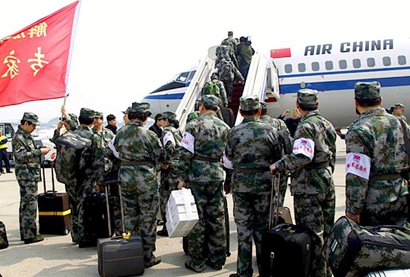 Chinesische Militärs steigen auf dem Flughafen Peking in ein Flugzeug: Das Militär kontrolliert den chinesischen Luftraum und hat große Teile wegen eines Manövers gesperrt.