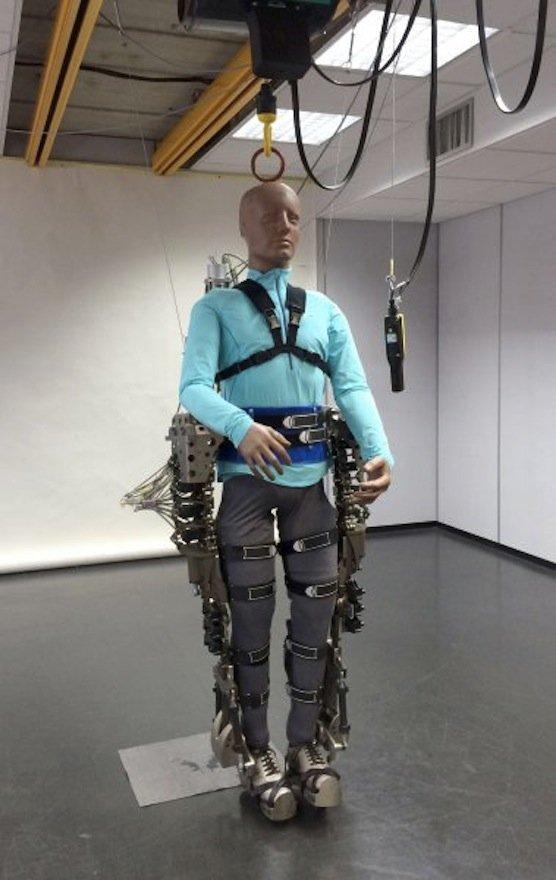 Das Exoskelett des Walk-again-Projekts: An der Entwicklung ist auch die Technische Universität München beteiligt. Professor Gordon Cheng konstruierte die Multisensoren zur Messung der Gehirnströme.