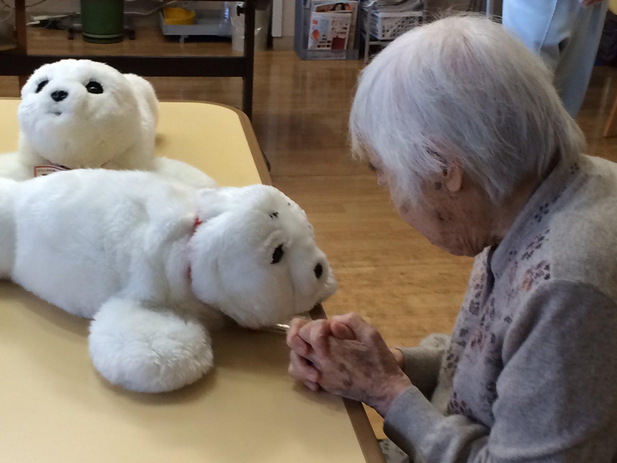 Japan sieht unter anderem Pflegeroboter als Massenmarkt. Für Bewohner der Altersheime bietet der Hersteller Focal Meditec die Roboter-Kuschelrobbe Paro an.
