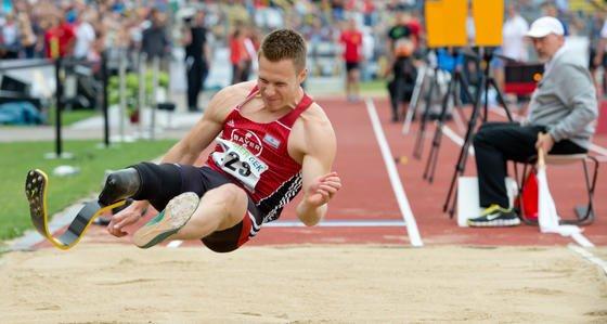 Sprung von Markus Rehm bei den Deutschen Meisterschaften am 26. Juli in Ulm: Mit 8,24 Metern holte Rehm den Titel. Jetzt ist eine Debatte entbrannt, ob Rehm durch die Karbonprothese nicht einen Vorteil beim Absprung hat.