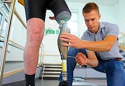 Der Weitspringer Markus Rehm ist von Beruf Orthopädiemeister und führt ein Geschäft im rheinischen Troisdorf bei Bonn. Er startet für Bayer Leverkusen.