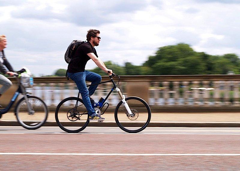 Der Designer Offer Canfi unterwegs in London auf seinem Flux-Bike mit induktiver Ladetechnik.