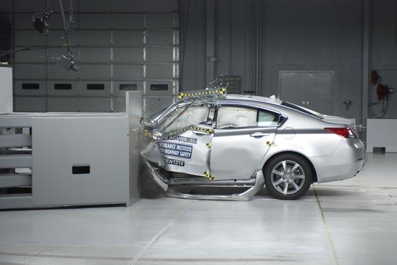 Audi A4 beim Crashtest: Das Biegeverhalten der verbauten Nieten lässt sich bei Unfällen bisher schlecht voraussagen. Mit dem Computermodell können Autobauer gezielt mit unterschiedlichen Material- und Dickenkombinationen experimentieren.