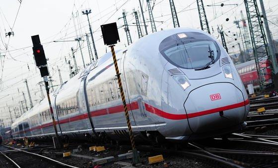 Ein neuer ICE 3 der Baureihe 407 fährt im Februar 2014 in den Hauptbahnhof in Frankfurt am Main ein. Falls das Sensorsystem seinen Praxistests in Brandenburger Straßenbahnen besteht, könnte es zukünftig auch Zugfahrten sicherer machen.