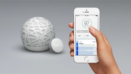 Der kugelförmige Sensor findet bequem auf jedem Nachttisch Platz, der kleine Sensor passt an jedes Kopfkissen. Gemeinsam überwachen die elektronischen Helfer das Verhalten des Schlafenden und seine Umgebung. Eine Smartphone-App zeigt die Ergebnisse an und macht Vorschläge für einen besseren Schlaf.