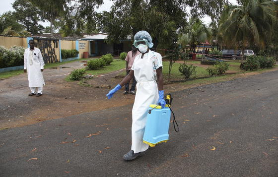 Eine Krankenschwester trägt Desinfektionsmittel zu einem Krankenhaus in Liberia. Seit dem Ausbruch des Ebola-Virus sind über 670 Menschen in Westafrika gestorben. Das Land hat die meisten Grenzübergänge bereits geschlossen, um die Verbreitung aufzuhalten.