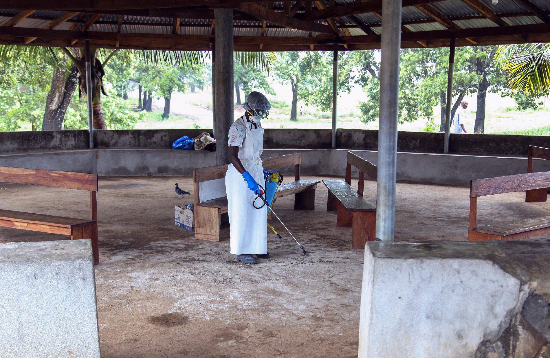 Eine Krankenschwester desinfiziert den Wartebereich des ELWA-Krankenhauses in Liberia. Eine Ansteckung ist aber eigentlich nur bei engem Körperkontakt mit bereits Erkrankten möglich.