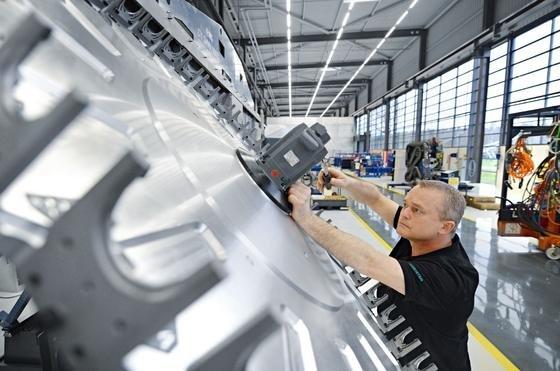 Justierung eines Werkzeugmagazins: Am DMG-Produktionsstandort in Bielefeld werdenDrehmaschinen etwa für den Werkzeug- und Formenbau sowie für die Automobilindustrie hergestellt. DMG-Chef Kapitza fürchtet, dass die Sanktionen gegen Russland besonders deutsche Unternehmen treffen werden.
