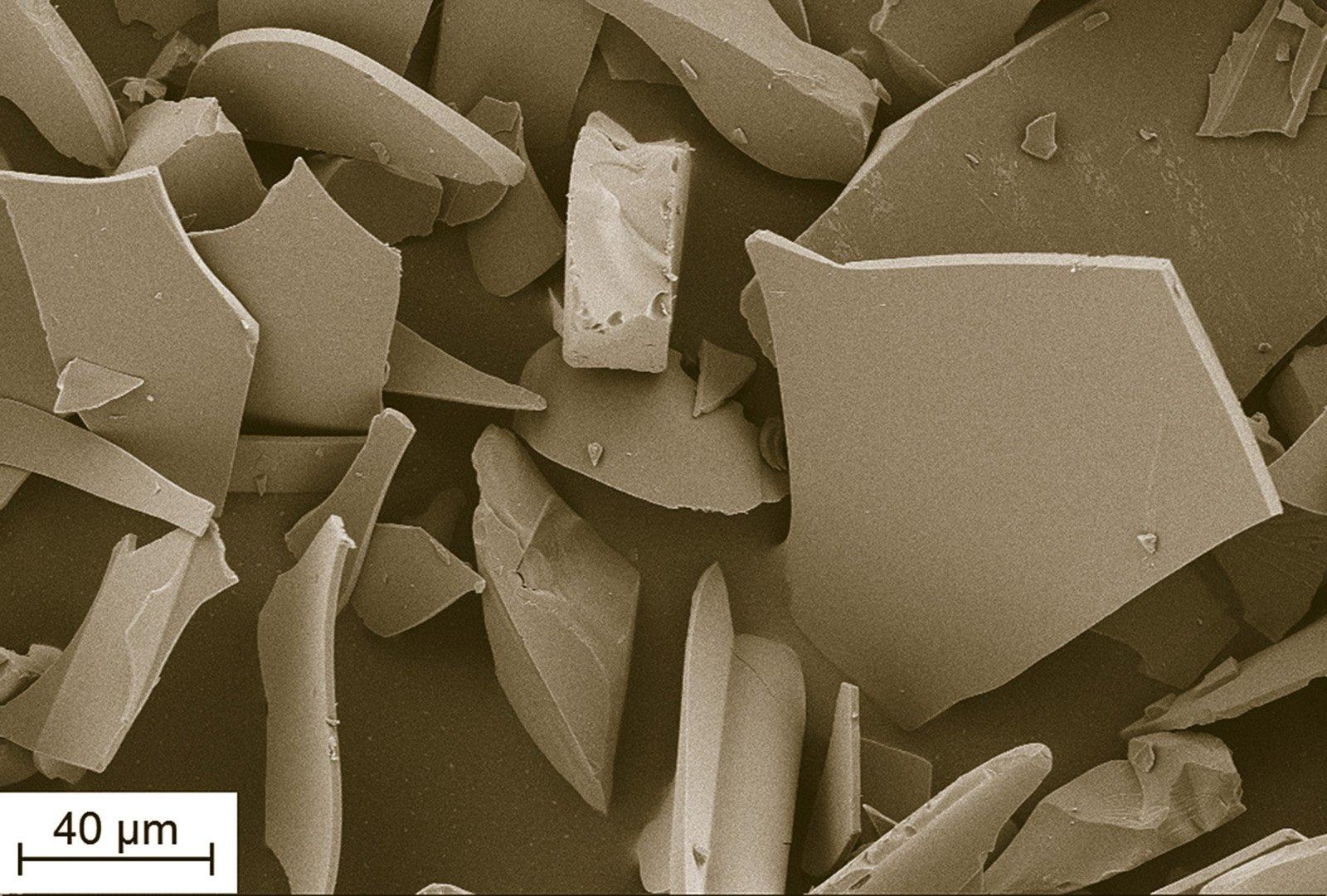 So sehen die Glasflakes unter dem Rasterelektronenmikroskop aus, die Forscher in Raumputz einmischen wollen, um das Raumklima zu verbessern. Die kleinen Glassplitter nehmen die Feuchtigkeit auf und geben sie langsam wieder ab. Damit beugen sie auch der Schimmelbildung vor.