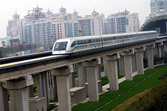 Ein Transrapid deutscher Fabrikation verlässt im Jahr 2003 den Bahnhof in Shanghai. Die Technik für die neuen Magnetschwebebahnen soll allerdings nicht aus Deutschland stammen, sondern aus Changsha selbst.