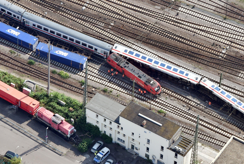 Der Zusammenstoß brachte zwei Waggons des Eurocitys zum Umstürzen. 35 Menschen wurden verletzt, vier von ihnen schwer.