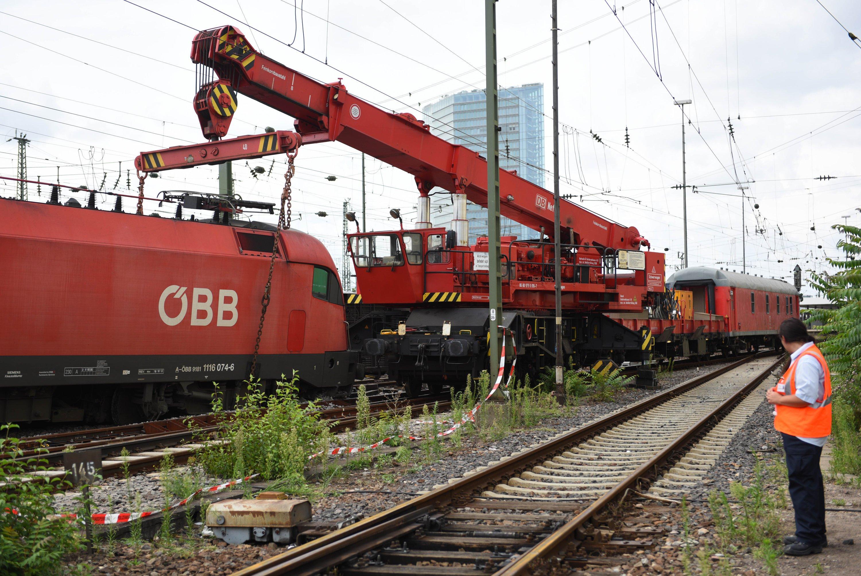 Mit Hilfe eines Krans wird die Lok des Güterzugs aus dem Gleisbett gehoben.Auch der letzte entgleiste Waggon des Eurocitys ist am Sonntag geborgen worden.