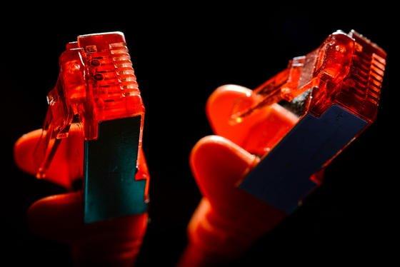 Zwei Stecker eines Ethernetkabels: Das Bundesamt für Sicherheit in der Informationstechnik muss aus Kostengründen seine Arbeit mit externen Dienstleistern zurzeit einstellen.