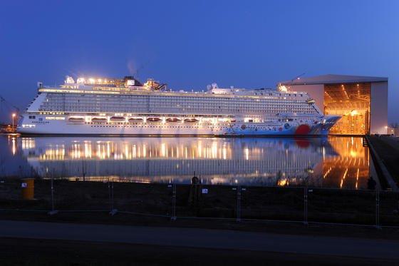Meyer Werft ist spezialisiert auf den Bau von Kreuzfahrtschiffen: Hier verlässt der Luxusliner Norwegian Breakaway im März 2013 die Werft im niedersächsischen Papenburg –nach 17 Monaten Bauzeit. Der Gigant ist 324 Meter lang, fast 40 Meter breit und im Besitz derUS-amerikanischen Reederei Norwegian Cruise.