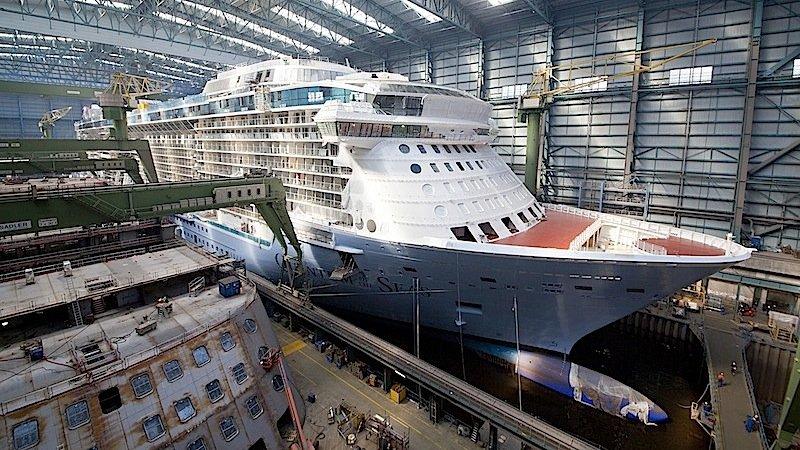 Derzeit baut Meyer Werft in Papenburg einen neuen Meeresgiganten: die Quantum of the Seas. Sie ist knapp 348 Meter lang und bietet Platz für 4200 Passagiere.