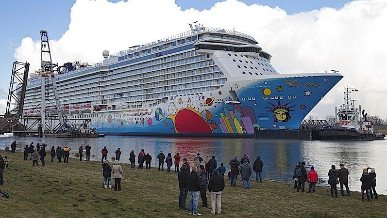 Die Auslieferung der Norwegian Breakaway war ein Publikumsmagnet. Das riesige Kreuzfahrtschiff musste rund40 Kilometer über die schmale Ems zur Nordsee zurücklegen.