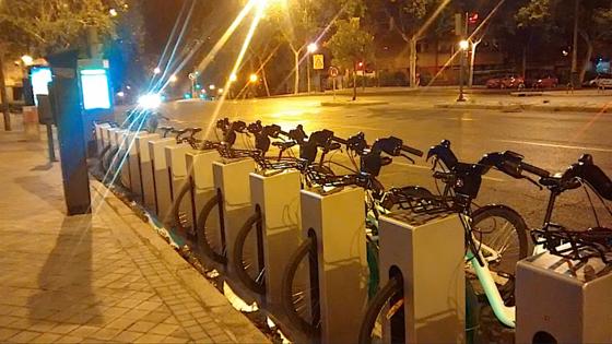 Neben einer jährlichen Grundgebühr von 25 Euro kostet eine halbe Stunde E-Bike-Fahren 50 Cent. Ob die Bürger in Madrid das System annehmen, steht allerdings noch in den Sternen.