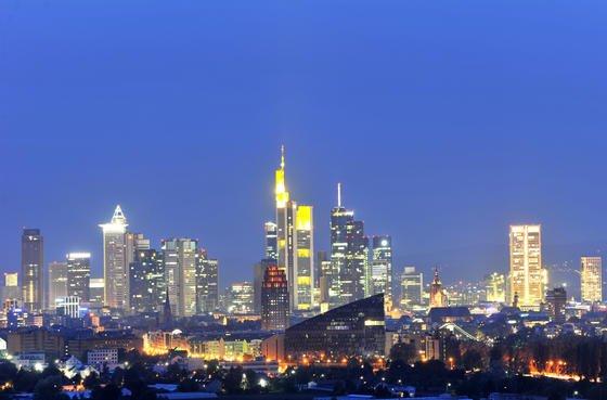 Die Frankfurter Skyline: In der Stadt stehen fünf Wolkenkratzer, die höher als 200 Meter sind. Hinzu kommen 95 Hochhäuser, die über 50 Meter in den Himmel ragen. Den Höhenrekord hält der Commerzbank Tower mit einer Höhe von 259 Metern.