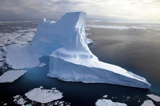 Treibender Eisberg in der Antarktis: Heutzutage treiben die größten Eisberge in antarktischen Gewässern und reichen bis in eine Wassertiefe von maximal 700 Meter. Damit sind sie inklusive des aus dem Wasser ragenden Eises rund 800 Meter groß und damit deutlich kleiner als die riesigen Eisberge, die 15 Meter tiefe Kratzspuren auf dem Hovgaard Rücken in der Framstraße hinterlassen haben.