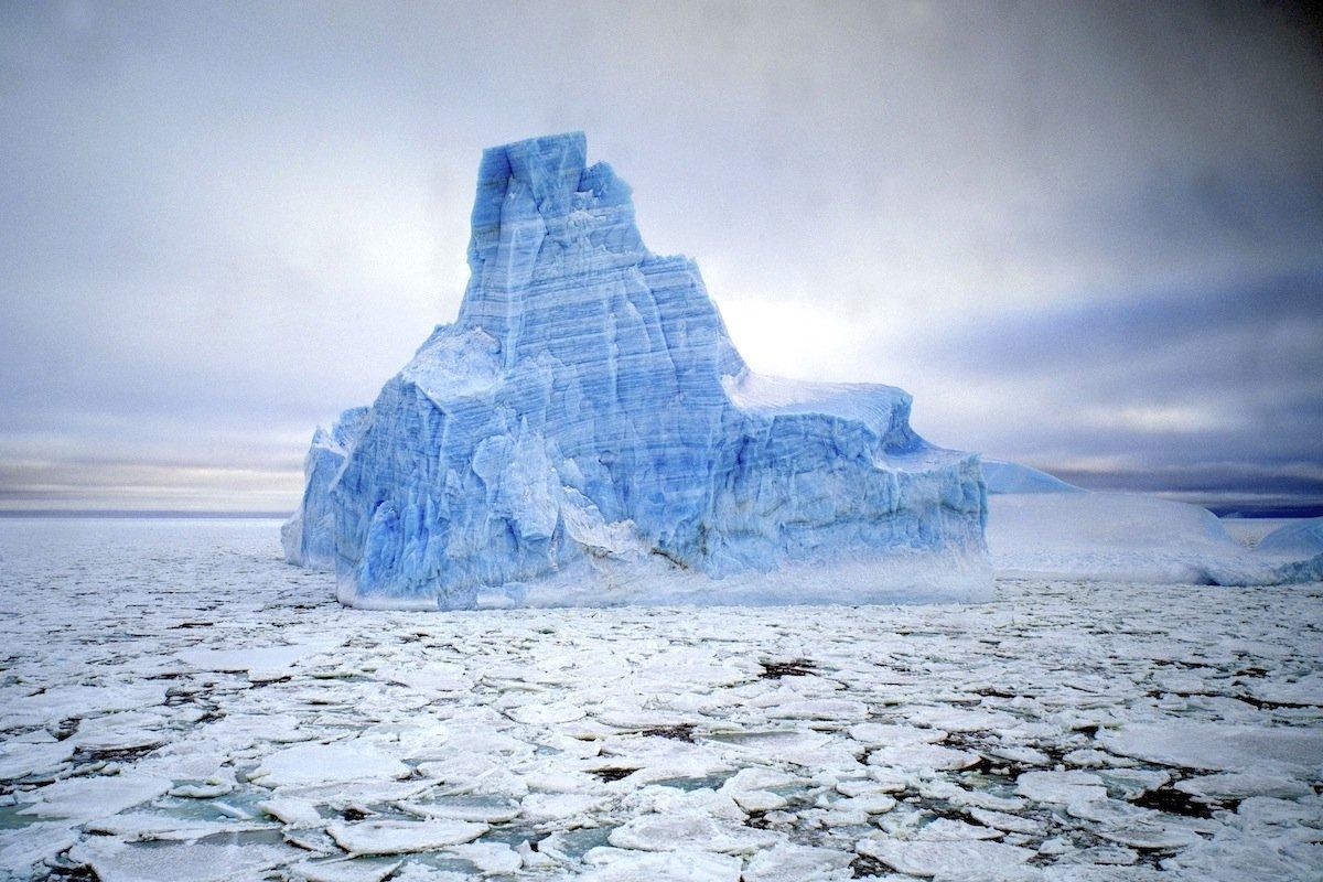 Blauer Eisberg:Die unterschiedliche Dichte seines Eises verleiht diesem antarktischen Eisberg seine blaue Wirkung.