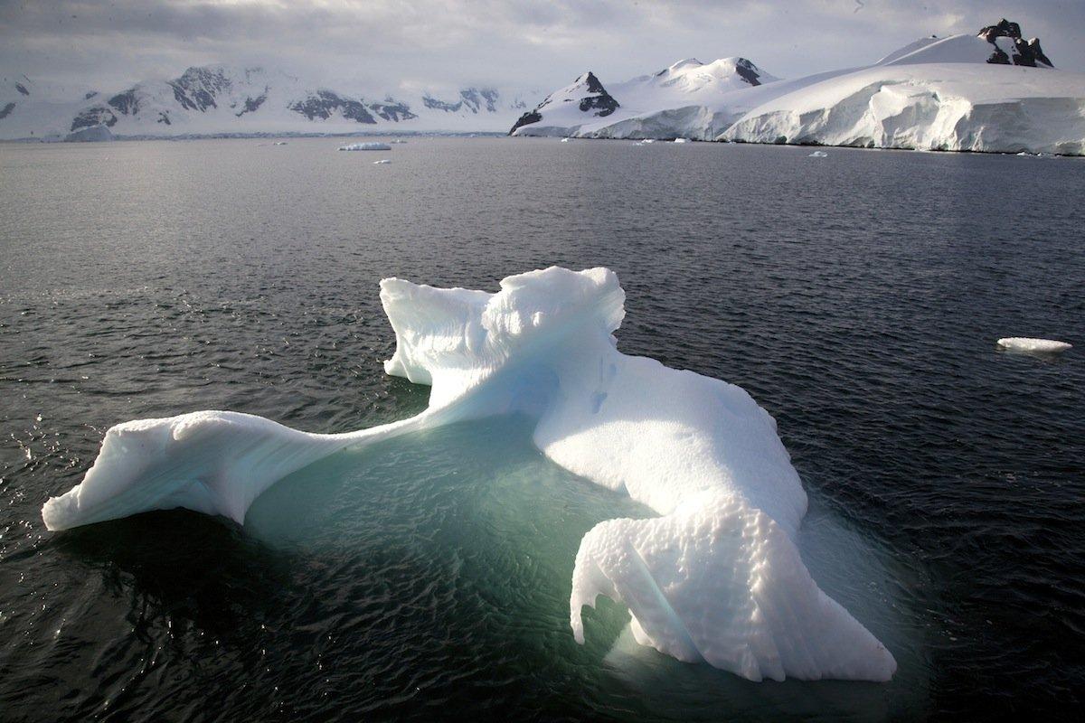 Ein Eisberg ragt nur zu einem Zehntel aus dem Wasser. 90 Prozent seines Volumens befinden sich unterhalb der Wasseroberfläche.