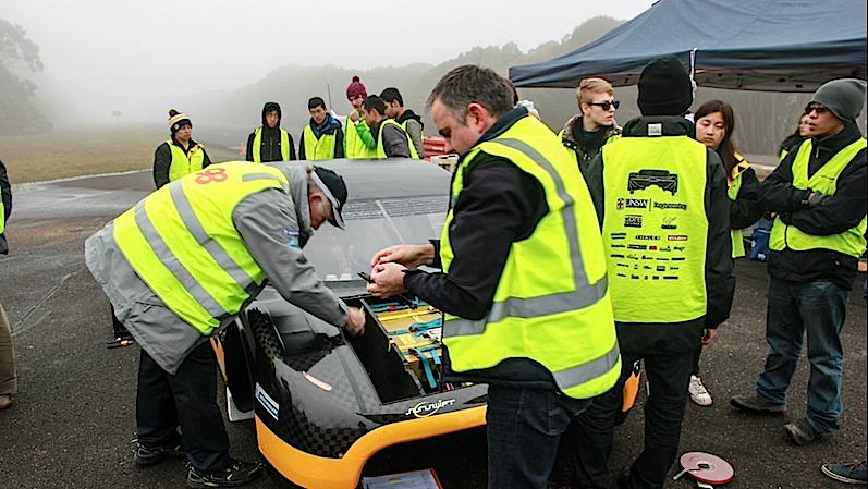 Für die Rekordfahrt verwendete das Team aus Australien einen handelsüblichen, 60 Kilogramm schweren Akku.